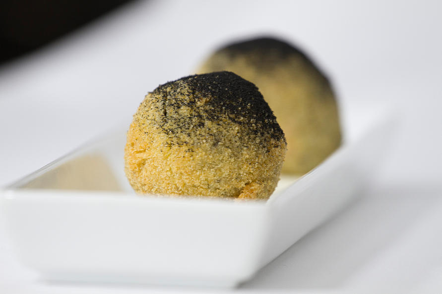 Croqueta de chipirones en su tinta + cremoso de arroz y jengibre
