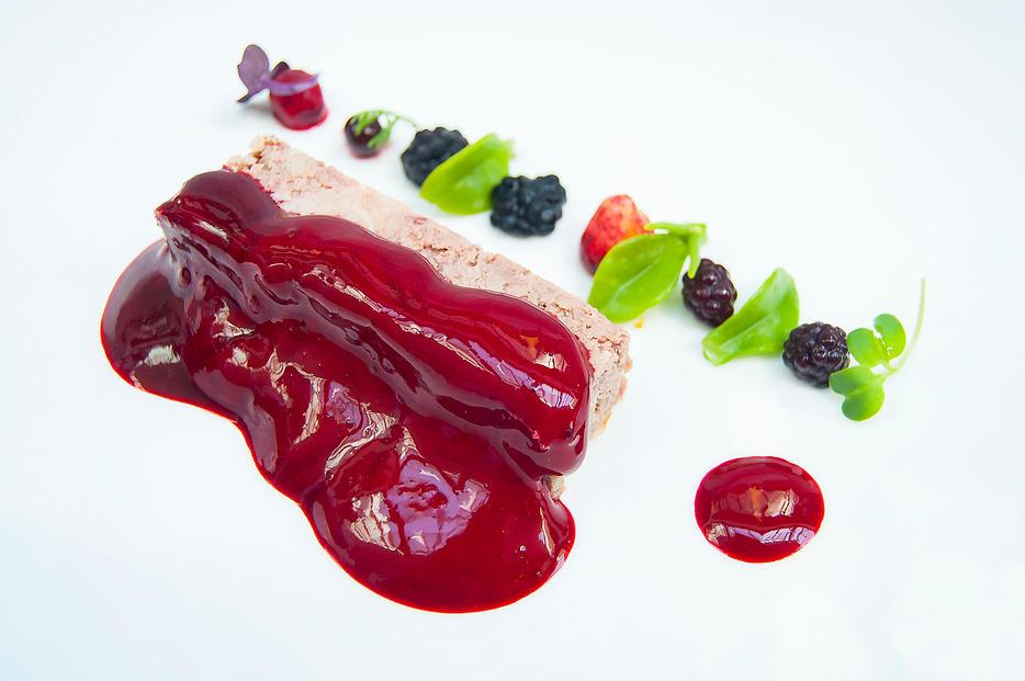 Paté de javalí, espuma de remolacha y frutos rojos