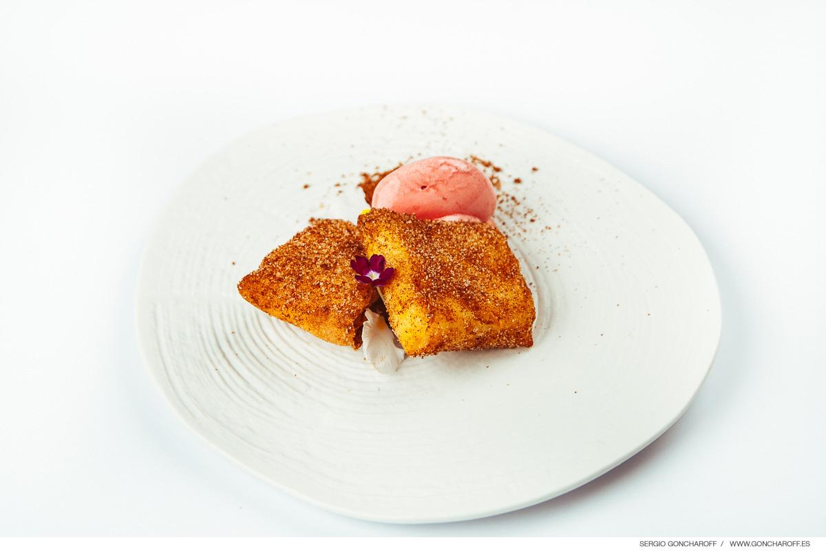 Leche frita crujiente y helado de cereza roja